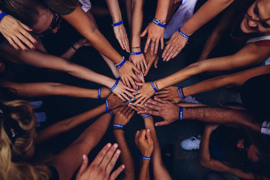チームのメンバーが一斉に添えた手の中心を真上から見た画像