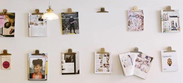 素材_壁に貼られた写真