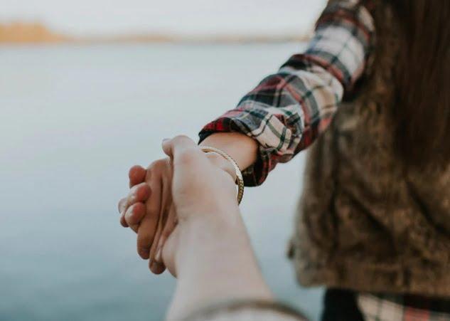 _手をひいてサポートしてくれるひと