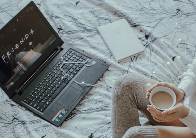 コーヒーを飲みながらwebを楽しむ女性