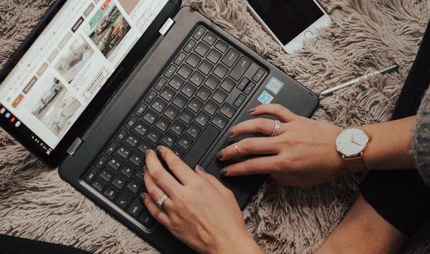 ふわふわのカーペットの上で、パソコンを操作する女性