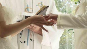 牧師の前で指輪を交換する新郎新婦の手元のアップ