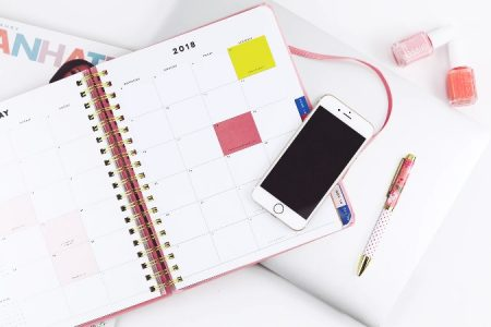 カレンダーとスマホのある画像