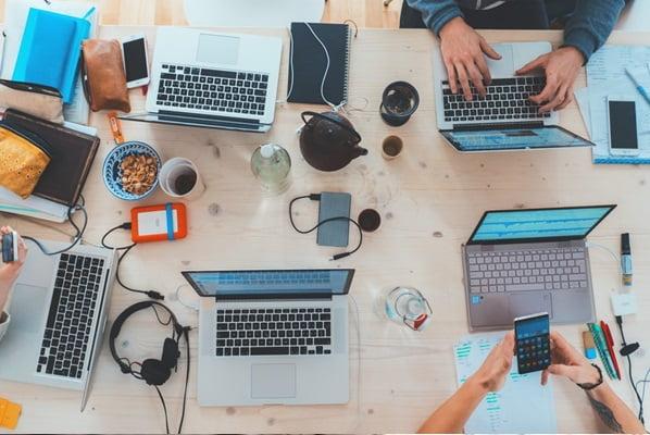 パソコンとタブレットを向き合わせて仕事をする風景