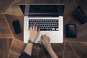 パソコンを操作する男性の手元