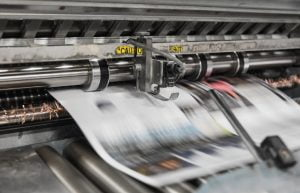 印刷機からどんどんと印刷されるペーパ