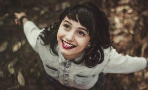 人_回転しながら笑顔で夢見る女性