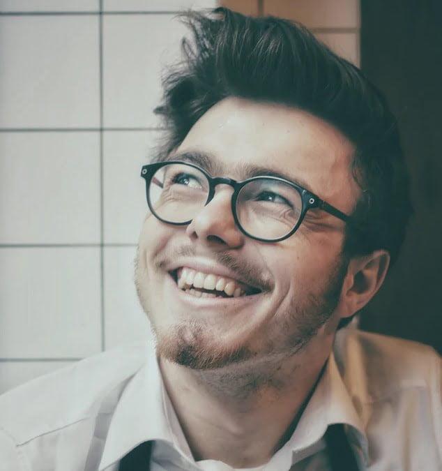 人_斜め上を見ながら満面の笑顔を浮かべる男性