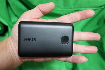 モバイルバッテリーを手に持った画像