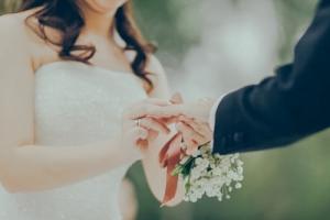結婚式で指輪交換する男女