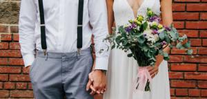 新郎新婦が手を繋いで映るウェディングイメージ