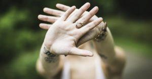 人_両手をクロスして、NOと意思表示をする女性