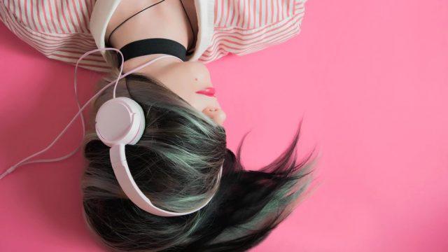 ヘッドフォンを付けて寝ころんだ女性