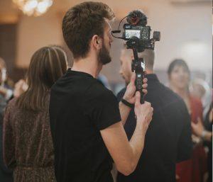 ジンバルカメラで撮影する男性