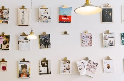 壁一面に貼られた写真