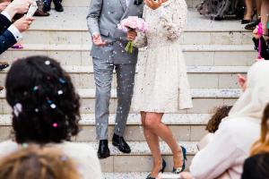 結婚式でライスシャワーを浴びるカップル