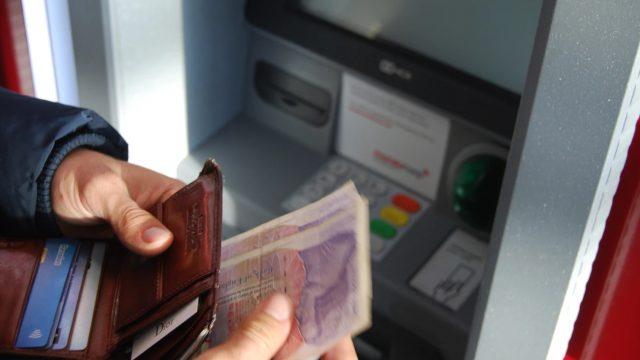 ATMで現金送金しようとする人