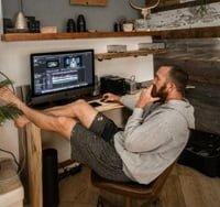 自宅で動画編集を楽しむ一派のクリエイターの男性