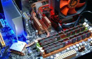 パソコン内部 マザーボードを一望した画像