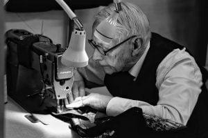 洋服を縫い込む老人とミシン
