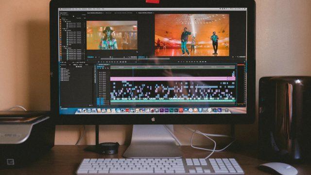 動画編集ソフトで編集中のディスプレイが映った画像