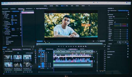 動画編集中のディスプレイを映した画像